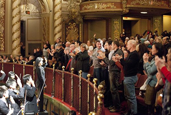 神韻藝術圖成立6年以來,每年的世界巡演風靡全球,獲全球各族裔各界觀眾及海外華人的讚譽和認同。圖為2011年2月13日,神韻紐約藝術團在麻州波士頓的最後一場演出圓滿落幕,全場觀眾起立鼓掌。(攝影: 愛德華/大紀元)