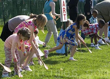 一年一度的美国白宫复活节滚蛋活动,是美国孩子们的快乐节日。美国第一家庭会邀请小朋友们在白宫南草坪滚蛋。(李莎 / 大纪元)