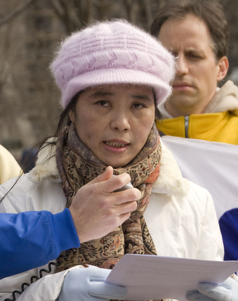 兩年多前從中國大陸輾轉來到美國的馬春梅女士在抗議集會上講述了自己的親身經歷。她因堅持不放棄對真善忍的信仰,被綁架四次,非法勞教二次,四年多的時間內經歷了各種酷刑折磨,被打毒針,被綁在死人床上三天三夜,生不如死,中共警察還逼著她與丈夫離婚,一個幸福的家被拆散了。(攝影:李莎/ 大紀元)
