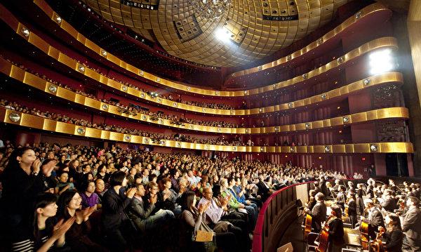 總部設立在紐約的神韻藝術團成立6年以來,每年的世界巡演風靡全球,聲名遠播。2013年度神韻全球巡演連創佳績。絕大多數場次爆滿,票價是國際一流劇院的主流社會觀眾的高價位票價,吸引全球各族裔觀眾,獲全球各族裔各界觀眾及海外華人的讚譽和認同。圖為2012年4月21日紐約林肯中心的觀眾在觀看神韻紐約藝術團的演出。(攝影:戴兵/大紀元)