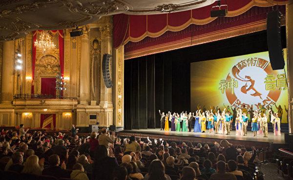 神韻藝術團成立6年以來,每年的世界巡演風靡全球,獲全球各族裔各界觀眾及海外華人的讚譽和認同。圖為神韻藝術團在波士頓的演出後演員謝幕。(攝影:愛德華/大紀元)