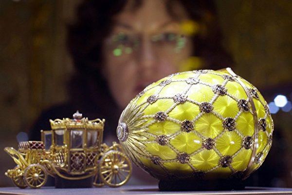 这枚加冕蛋由俄罗斯珠宝商彼得·卡尔·法贝热制于1887年,于2005年6月15日在柏林的夏洛滕堡城堡展出。法贝热于1885年为俄罗斯沙皇亚历山大三世制作了第一个复活节蛋,沙皇赠与他的妻子玛丽亚。(AFP PHOTO    DDP/MICHAEL KAPPELER )