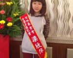 就讀國中二年級的梁欣萍因父親早逝致家境困苦,但她幫越南籍媽媽分攤工作,還當志工服務社會,獲得「自強兒童」的殊榮。(花蓮家扶中心提供)
