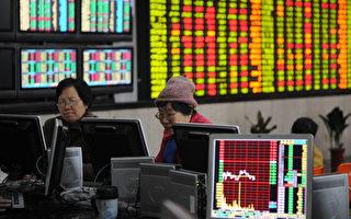 相较于美国股市今年第一季收复了金融危机以来的失土,新兴市场第一季度股市却呈现出2008年以来最严重的低迷,包括中国股市。图为2012年12月上海一家股票行。(图片摄影 Peter PARKS/AFP )