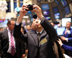 由于沽空者看准在美上市的中国企业存在会计问题、审计机构纷纷解除合约,并撤销对之前财务报表的审计意见,以及监管机构质疑一些公司会计诈欺,这些中概股企业迅速贬值,投资者遭受了数十亿美元的损失。图为2010年12月到美国上市的中国企业优酷(Youku)人员,在纽约证交所庆祝IPO拍照留念。(图片摄影 Spencer Platt/Getty Images)
