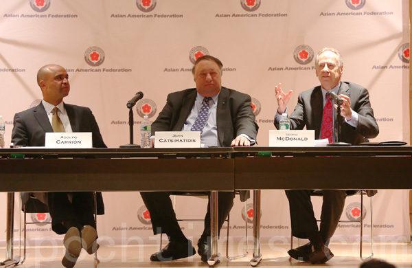 三位参选人(从左至右):科利昂(Adolfo Carrion)、卡斯马蒂斯(John Catsimatidis)和麦克唐纳(George McDonald)在政见会上。 (摄影﹕杜国辉/大纪元)