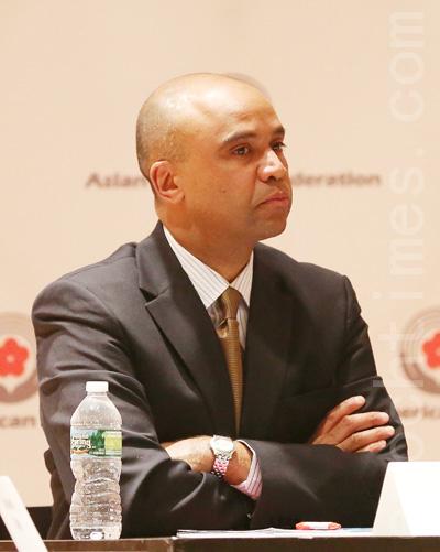 市长参选人科利昂(Adolfo Carrion)在政见会上。 (摄影﹕杜国辉/大纪元)
