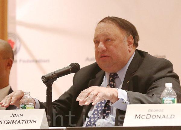 市长参选人卡斯马蒂斯(John Catsimatidis)在政见会上。 (摄影﹕杜国辉/大纪元)