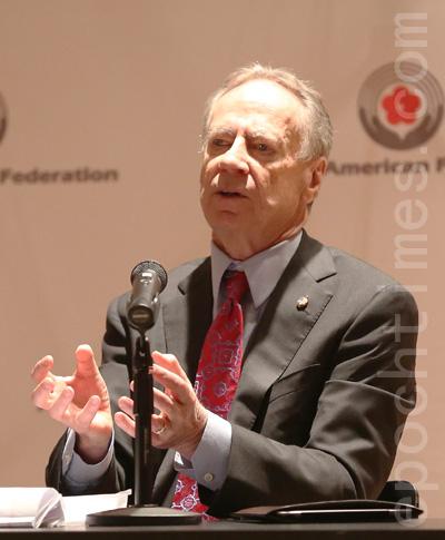 市长参选人麦克唐纳(George McDonald)在政见会上。 (摄影﹕杜国辉/大纪元)