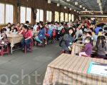 桃園縣教育產業工會理事長彭如玉(左)希望孩子們都能快快樂樂的學習,平平安安的成長! (攝影:徐乃義/大紀元)