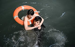 李千娜拍海边落水戏 张勋杰赞勇敢