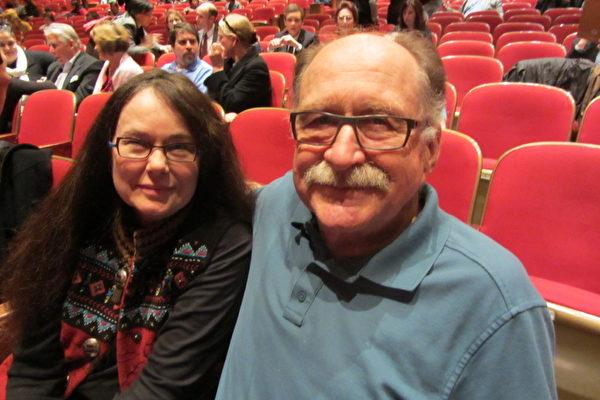 Jack Geringer先生和夫人Patricia Geringer一同观看了4月2日7点半的这场演出。(摄影:璞玉/大纪元)