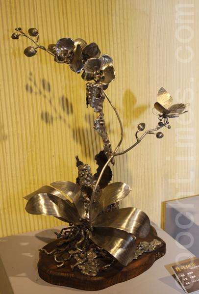 蓝文万的钢雕作品(蝴蝶兰)。(摄影:曾汉东/大纪元)