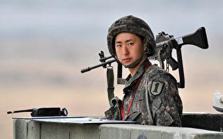 在朝鮮向其東海岸部署導彈一天之後,韓國軍方官員說,將向其東部和西部沿海派遣兩艘有導彈防禦裝置的戰艦。圖為一名韓國士兵站在一個軍事哨所(JUNG YEON-JE/AFP)