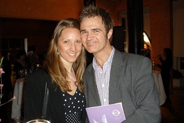 Niclas Thalberg和他的女朋友Ann都是绘画艺术家。在观看了林雪平的神韵演出后,他们感到,他们今后的绘画创作能够从神韵演出直接获得灵感。(摄影:Yvonne/大纪元)