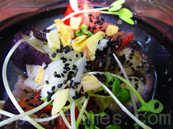 燕麦莲藕香菇釜饭+鲜蔬醋沙拉(摄影:家和/大纪元)