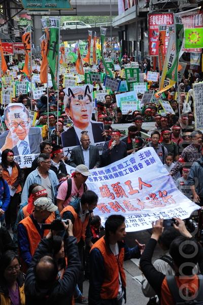 货柜码头工人罢工工潮进入十一日,7日工友和支持罢工的家属和市民从维园出发,游行到长江中心及政府总部,表达抗争到底和反剥削的决心。(摄影:孙青天/大纪元)