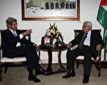 """巴勒斯坦自治政府主席阿巴斯(右)7日告诉到访的美国国务卿凯瑞(左),以色列释囚是恢复以巴和平谈判的""""第一要务""""。(MOHAMAD TOROKMAN/AFP)"""