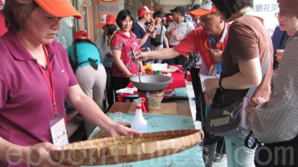 首發團旅客正在學習如何製作及品嚐龍眼花茶。(攝影:林秀文/大紀元)