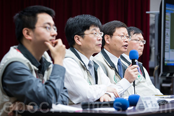 H7N9流感中央流行疫情指揮中心指揮官張峰義(右2)等8日在疾管局記者會表示,已向中國要求病毒株,預估「很快就會拿到」。(攝影:陳柏州/大紀元)