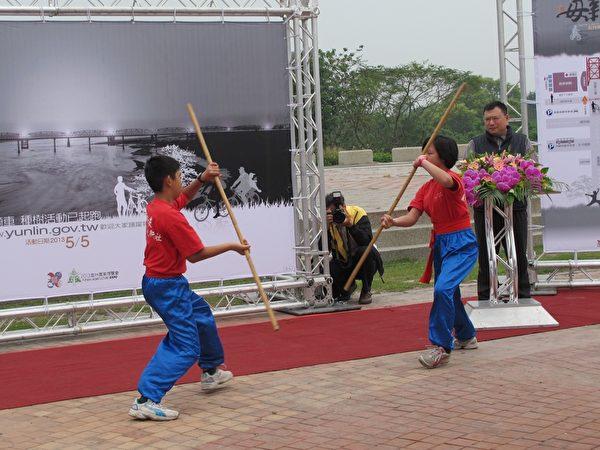 記者會上,廣興國小的武術表演。(攝影:廖素貞/大紀元)