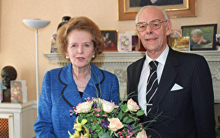 英国前首相玛格丽特‧佘契尔夫人和其丈夫丹尼斯·佘契尔爵士于1995年的合影。(ANDREW WINNING/AFP)