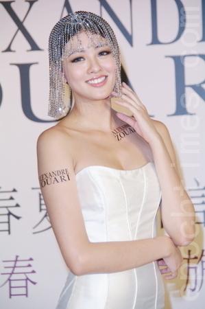 台湾女星赖琳恩戴上华丽的发饰,造型有点像埃及艳后。(摄影:黄宗茂/大纪元)