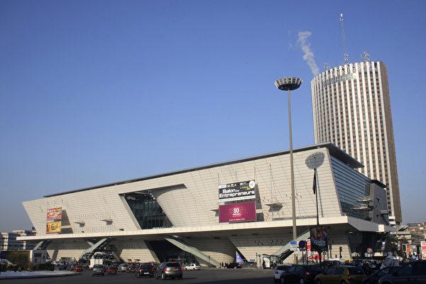 巴黎國際會議中心(Palais des congrès de Paris),是商務、會議和文藝演出中心,其巨大的主廳有3,723個座位。2013年神韻演出票房開放3600多座位。(攝影:章樂/大紀元)