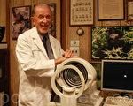 Dr.Garber和他的眼角弧度仪与山地大猩猩。(摄影:沈一鸣/大纪元)