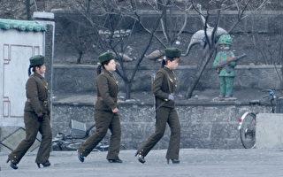 """北韩女军人11日在与中国丹东相邻的新义州边境线附近巡逻。韩国和美国推测,北韩很可能在15日金日成生日(太阳节)前后发射""""舞水端""""中程导弹。(WANG ZHAO/AFP)"""