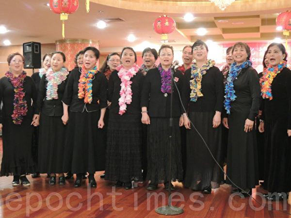 華夏文化協會女聲合唱團演唱《夢中的卓瑪》。(攝影﹕劉景麗/大紀元)