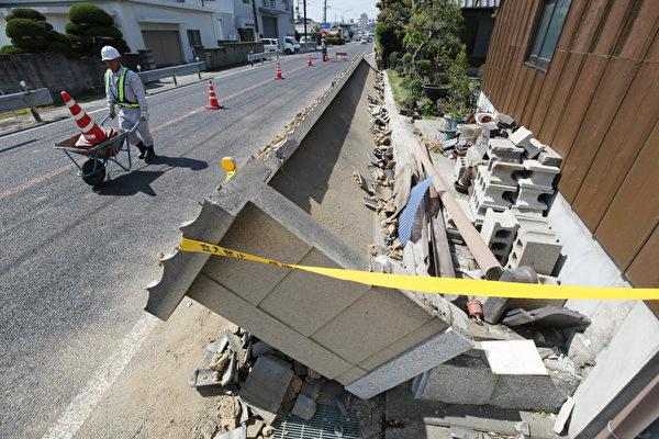 2013年4月13日,日本兵库县淡路岛附近凌晨发生芮氏规模6.3强震。图为淡路岛混凝土墙坍塌。(STR/JIJI PRESS/AFP)