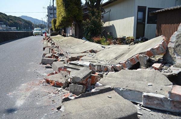 2013年4月13日,日本兵库县淡路岛附近凌晨发生芮氏规模6.3强震。图为淡路岛围墙倒塌。(STR/JIJI PRESS/AFP)