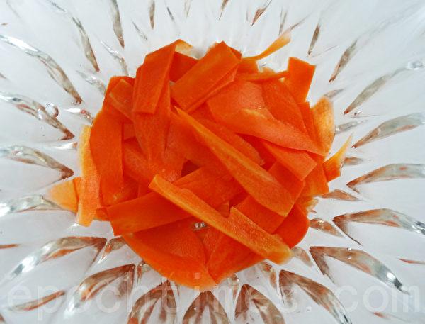 红萝卜切片或切丝,用适量盐 腌2小时,再把盐水滤干。(摄影:林秀霞 / 大纪元)