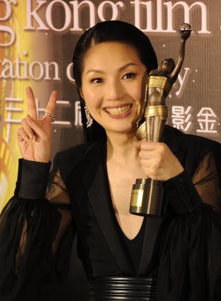 杨千嬅凭借在《春娇与志明》中自然平实的演技荣获最佳女主角奖(图/ANTONY DICKSON/AFP/Getty Images)