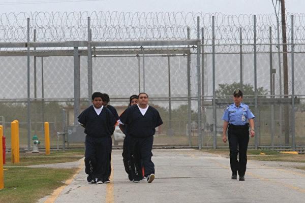 一位不願透露姓名的國會助理4月12日表示,起草移民改革法案的八名美國國會參議員決定,2011年12月31日前非法入境的移民將不會被強制遣返。圖為德州南帕德里島伊莎貝爾港,被拘留的非法移民。(Jose CABEZAS/AFP)