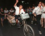 """""""六四""""期间李源潮同情学生,并""""提醒大家,生命安全,走到街上听到枪声立即卧倒。""""图为六四事件中受枪击的学生。(AFP)"""