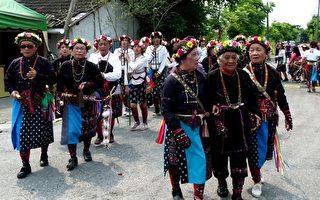 台东卑南族下宾朗部落14日举行传统除草祭,百岁姆姆(前中)带头。(摄影:龙芳/大纪元)