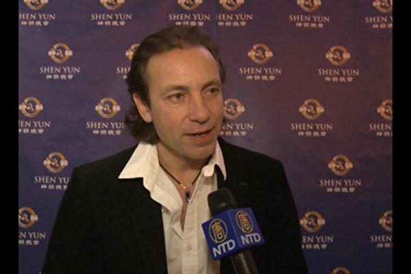 曾獲1994年花樣滑冰世錦賽亞軍、奧運季軍和1998年奧運季軍的Philippe Candeloro,4月13日下午觀看了在巴黎國際會議中心舉行的神韻演出。(圖片:新唐人)