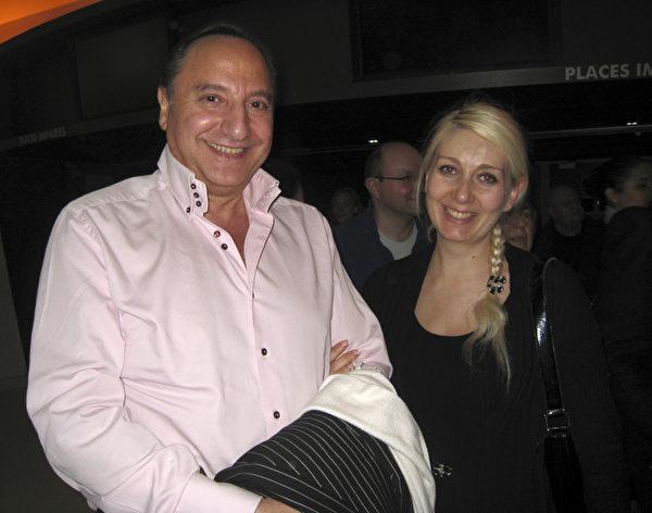 4月12日晚,交響樂團指揮Richard Boudarham與抒情女高音Elena Glazyrina觀賞了美國神韻紐約藝術團在巴黎的演出。(攝影:章樂/大紀元)