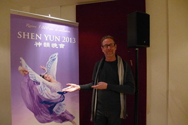 神韻演出中的中國古典舞深深打動了出身於舞蹈世家,也是藝術新聞專員的Nicolas Perron先生。(攝影:亦凡/大紀元)