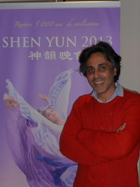 2013年4月12日晚,巴黎音樂家和指揮家David Dahan在觀看完神韻演出後由衷的讚歎神韻無與倫比!他並希望他所有的朋友們都來看神韻。(攝影:王泓/大紀元)