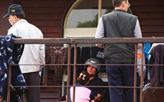 南投县清境农场16日惊传凶杀命案,驻点表演的俄罗斯马术团团长(戴安全帽者)疑因不满团员阿杜表演时未指挥好马匹让他摔马,事后在盛怒下持刀刺死阿杜。(清境农场提供)
