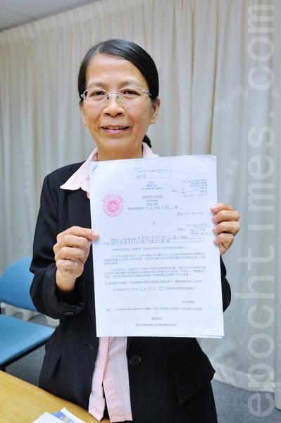 星加坡法輪功修煉者黃才華,16日上午於香港高等法院立案,起訴香港青年關愛協會在過去九個多月來,在香港地區公開誹謗法輪功。(攝影:宋祥龍/大紀元)