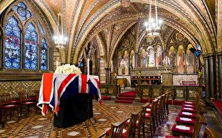 2013年4月16日,英国伦敦,撒切尔夫人的棺木覆盖英国国旗,暂时停灵在国会大厦的小教堂内。(LEON NEAL/AFP/Getty Images)