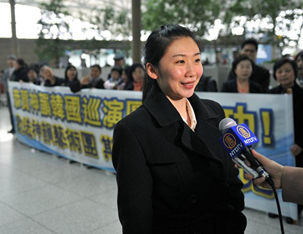 神韵巡回艺术团副团长、主要领舞演员任凤舞在机场接受媒体采访。(摄影: 郑仁权/大纪元)