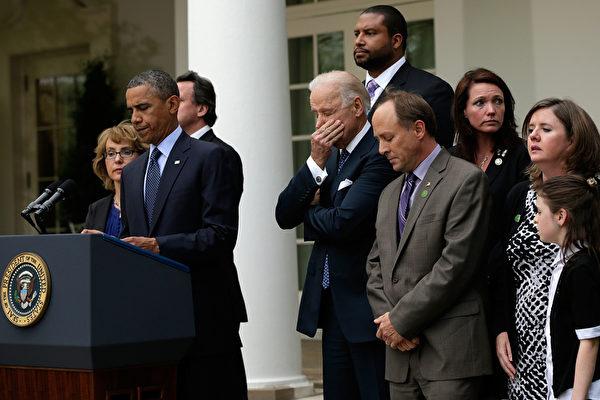 週三(4月17日),美國參議院拒絕通過擴大購槍者背景調查的跨黨派法案。該法案將對購槍者背景調查擴大到包括互聯網及槍展上購槍範圍,是近20年以來在控槍問題上最嚴格的法案。(Win McNamee/Getty Images)