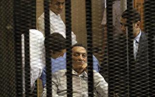 埃及当局取医疗团建议后17日下令,遭罢黜的前总统穆巴拉克(中)将由军医院移送回开罗近郊的律法监狱,但没说何时移送。(MAHER ISKANDER/AFP)