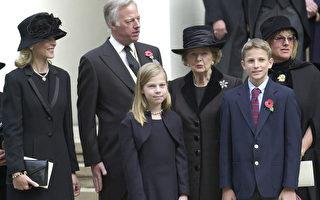 2003年10月30日,英国伦敦,撒切尔夫人的丈夫丹尼.撒切尔葬礼当天,撒切尔夫人与阿曼达(前排左)及麦克(前排右)等家人合影。(MARTIN HAYHOW/AFP/GettyImages)