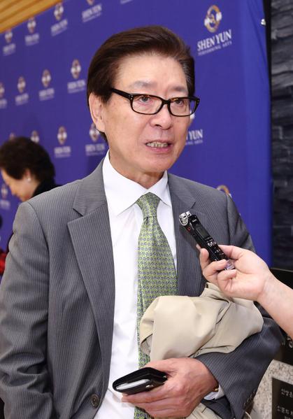 韩国著名演员李政吉观赏神韵感受到奇妙的气韵和能量(摄影:全宇/大纪元)
